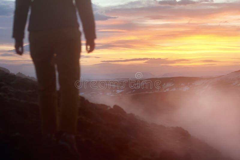 Турист на полях лавы стоковая фотография