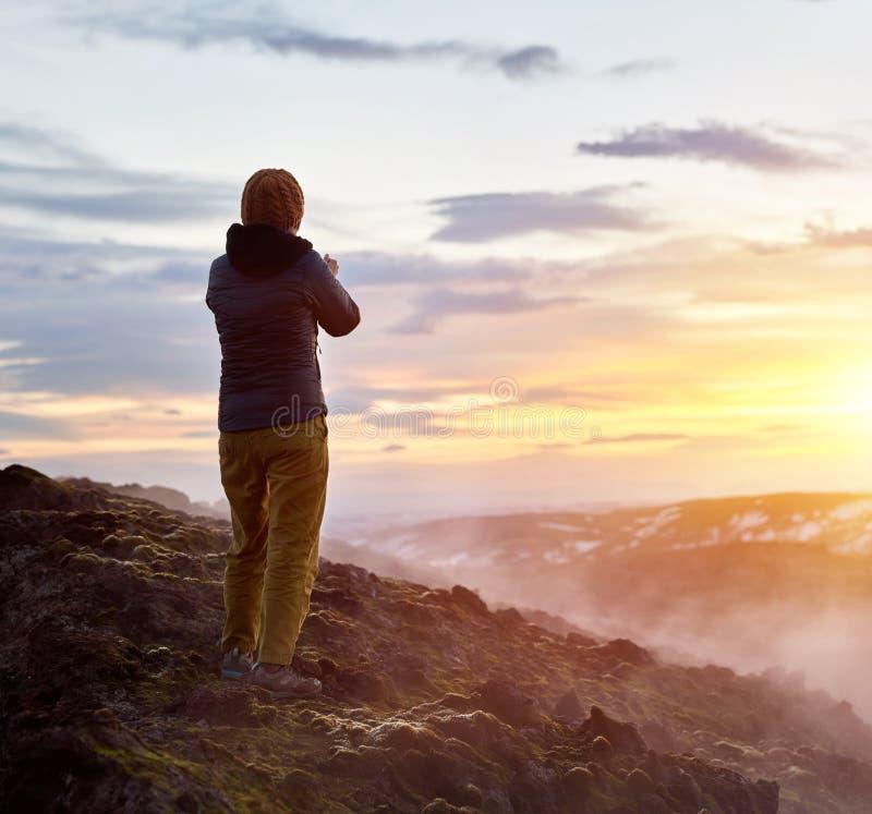 Турист на полях лавы стоковые изображения rf