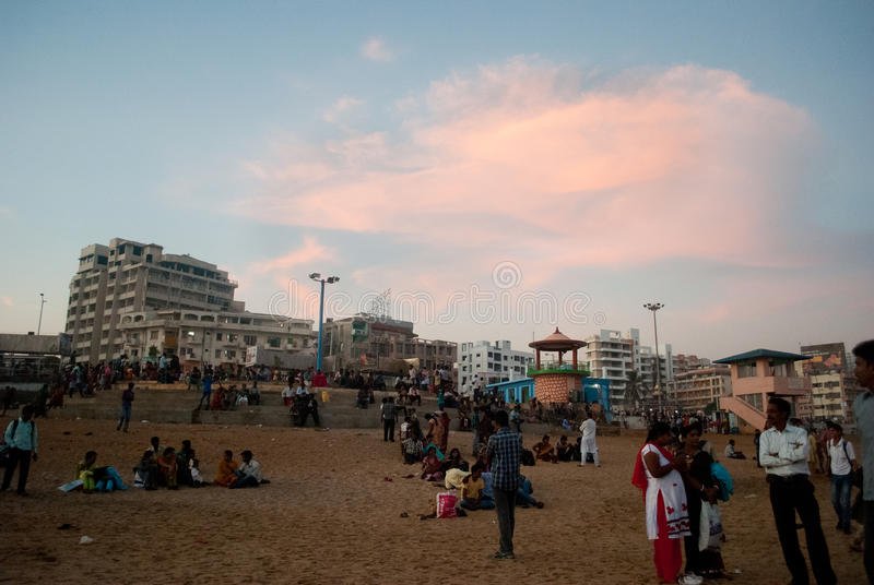 Download Турист на пляже редакционное стоковое фото. изображение насчитывающей sunset - 41659893