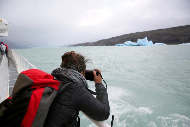 Турист на шлюпке принимая фото айсберга в Аргентине стоковая фотография rf