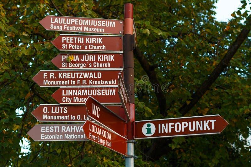 Турист подписывает внутри Tartu, Эстонию стоковое фото