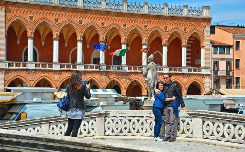 01 05 2016 Турист принимает фото на старом каменном мосте перед красочными зданиями, архитектурой, зеленым парком и старым фасадо стоковая фотография rf