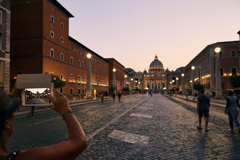 Турист принимает фото с телефоном dur собора ` s St Peter стоковое фото