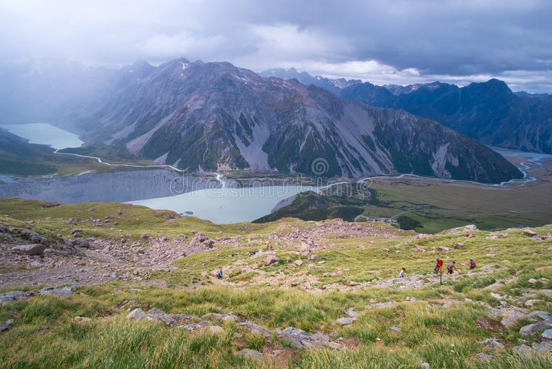 Турист, путешественник, пеший путешественник, поход в горы на трассе Мюллер-хат в Национальном парке I стоковое фото