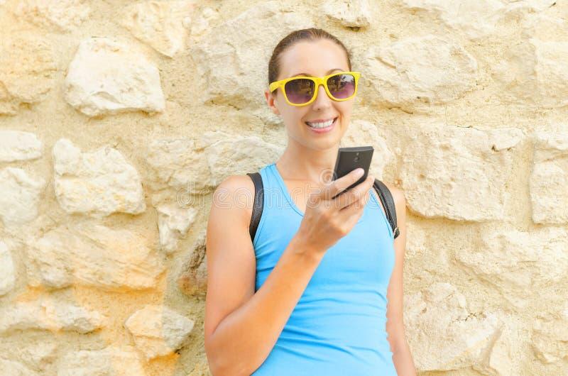 Турист смотря мобильный телефон стоковое изображение rf