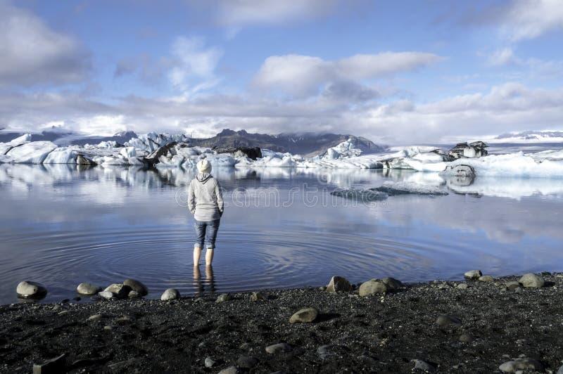 Турист смотря Jokulsarlon, лагуну, Исландию стоковая фотография rf