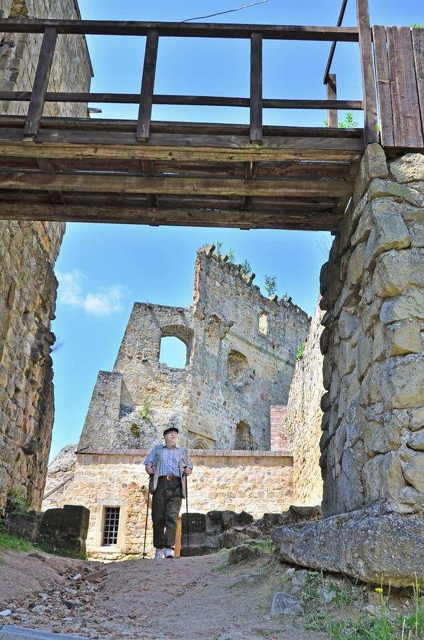 турист старшия kamieniec замока стоковая фотография