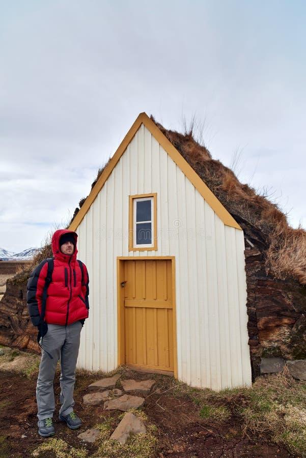 Турист стоя перед историческим сельским домом стоковые изображения