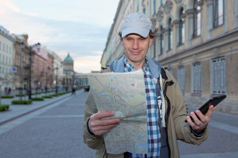 Турист с картой и таблетка в Санкт-Петербурге, России стоковые изображения rf
