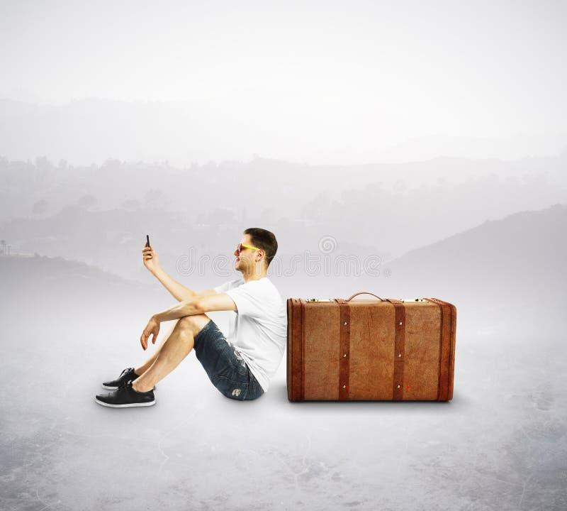 Турист с мобильным телефоном стоковые изображения