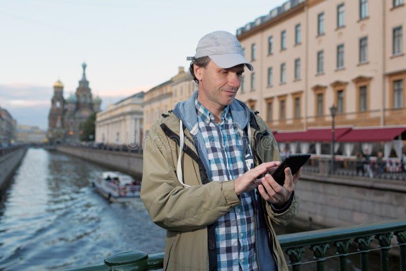Турист с таблеткой в Санкт-Петербурге, России стоковое изображение