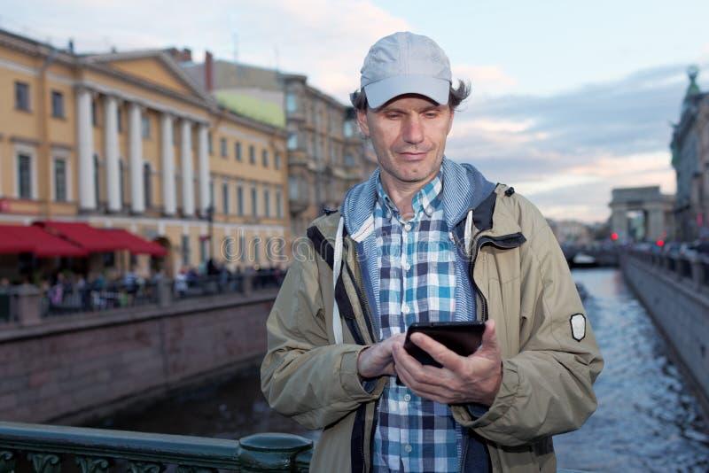 Турист с таблеткой в Санкт-Петербурге, России стоковое фото