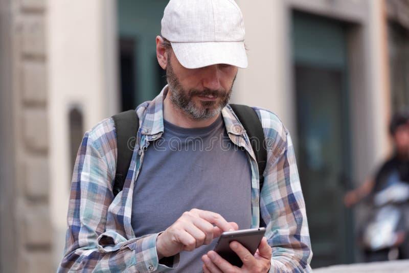 Турист с smartphone стоковое фото