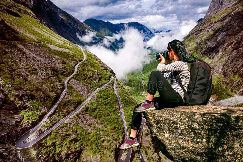 Турист фотографа природы с всходами камеры пока стоящ дальше стоковые изображения