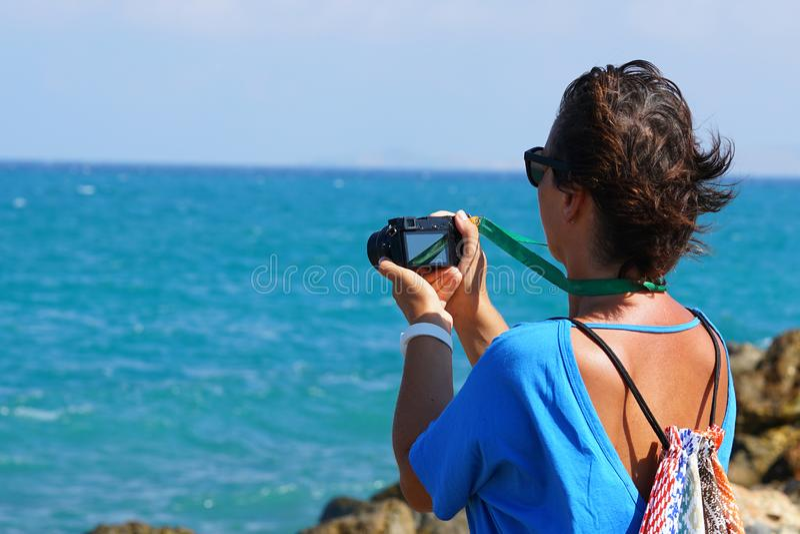 Турист фотографирует море в Крите стоковая фотография