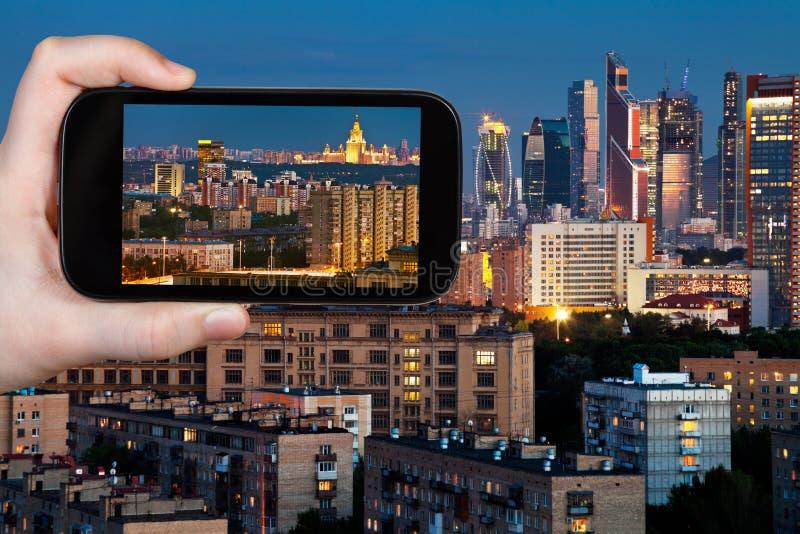Турист фотографирует панораму Москвы в ноче стоковое фото rf