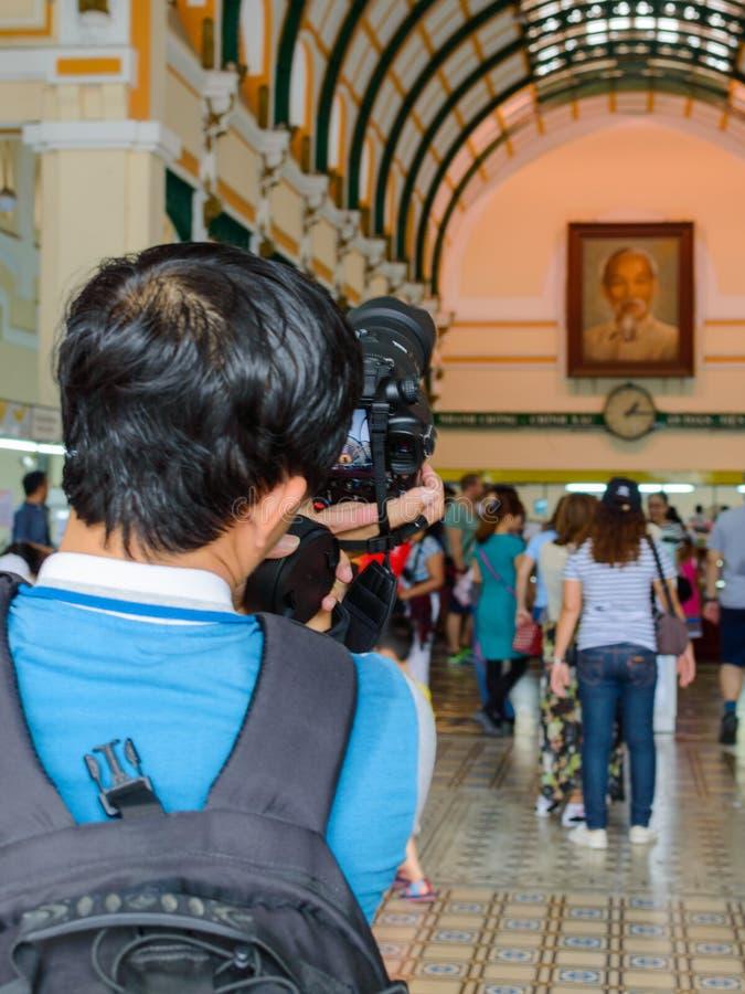 Турист человека фотографируя стоковое фото