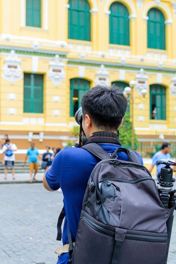Турист человека фотографируя стоковые изображения