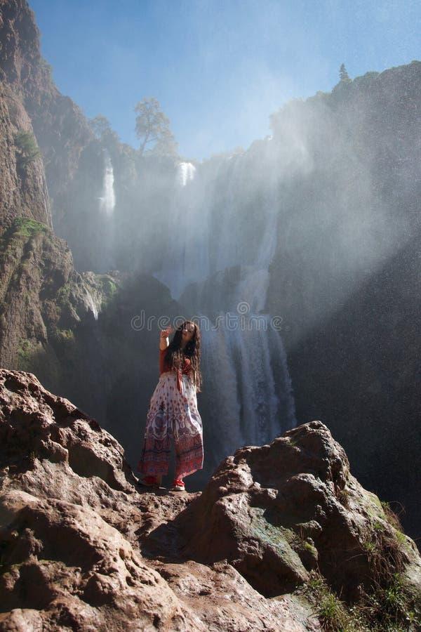 Турист Hippie делая знак мира перед водопадом стоковое изображение rf