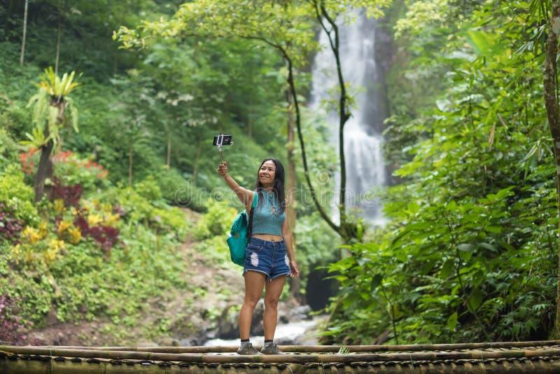 Турист womantaking selfie в джунглях стоковое фото