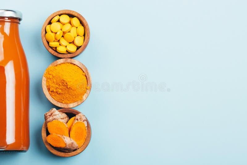 Турмерин в различных условиях: свежий, сухой завод корня, таблеток, порошка и отрезка стоковые изображения rf