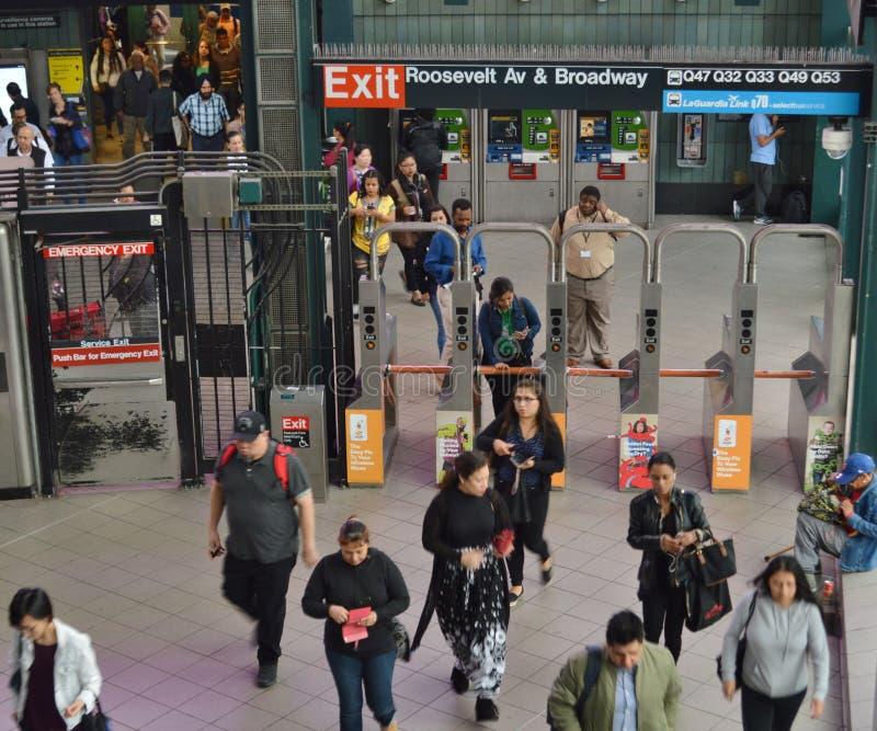 Турникет людей станции MTA ферзей Нью-Йорка метро NYC путешествуя и входя в стоковые фотографии rf