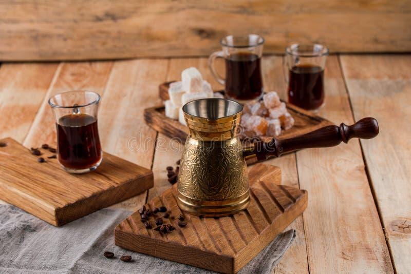 Турок и чашка кофе кофе на деревянной предпосылке зажаренный в духовке кофе фасолей стоковое изображение