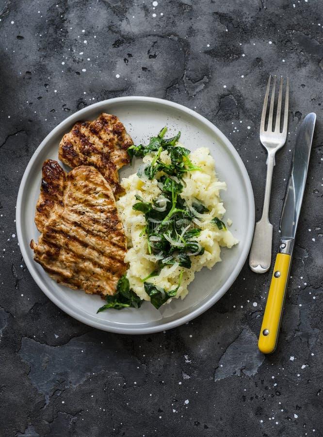 Турция грилла и пюре с масляным шпингом на темном фоне, вид сверху Комфорт-зимняя осенняя домашняя кухня стоковое фото