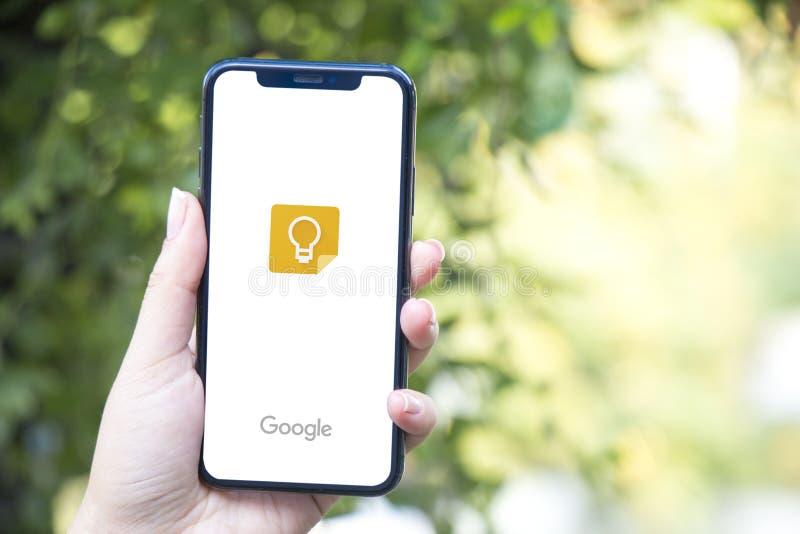 Турция, Стамбул - 15-ое сентября 2018: Руки на опыте на Google держат Рассматривающ Google держите применение Показывающ Google д стоковые фотографии rf