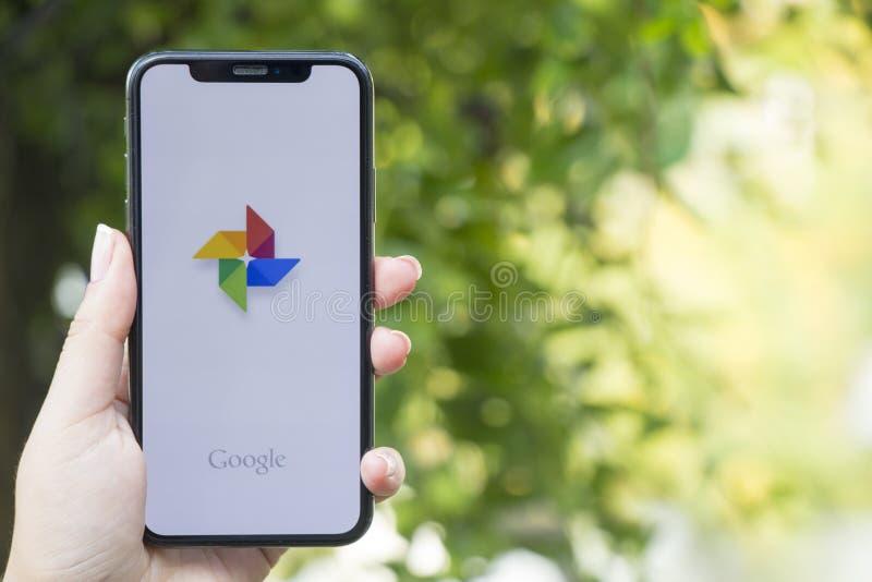 Турция, Стамбул - 15-ое сентября 2018: Руки на опыте на Google рассматривая применение Google Показывать Google на мобильном теле стоковое изображение