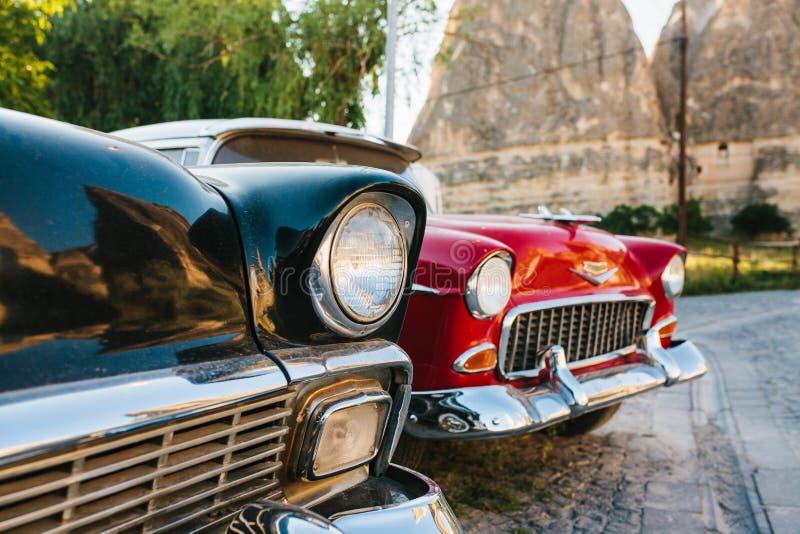 Турция, Cappadocia, Goreme, 12-ое июня 2017: Красивые ретро автомобили на выставке на предпосылке гор стоковое фото