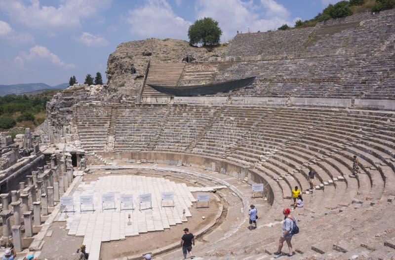 Турция, Ephesus - 25-ое июня 2019 Руины амфитеатра древнего города Ephesus старые на солнечном дне, Izmir Турецкий известный орие стоковые фотографии rf