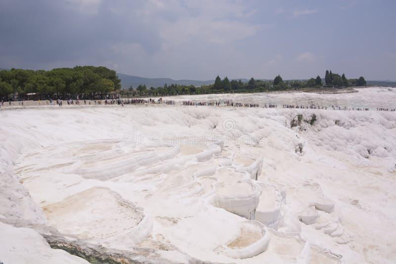Турция, Pamukkale - 22-ое июня 2019 Минеральное карбоната бассейнов и террас травертина Pamukkale на старом Hierapolis стоковые изображения rf