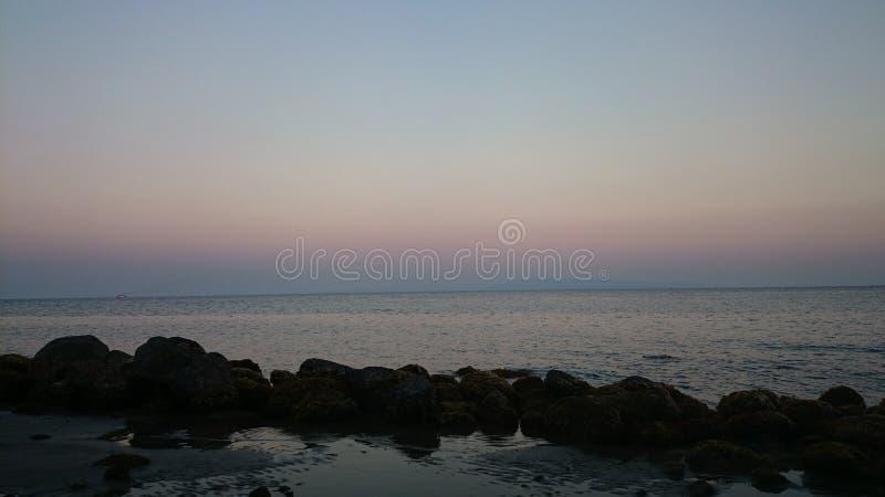Тусклое небо увиденное на пляже стоковая фотография
