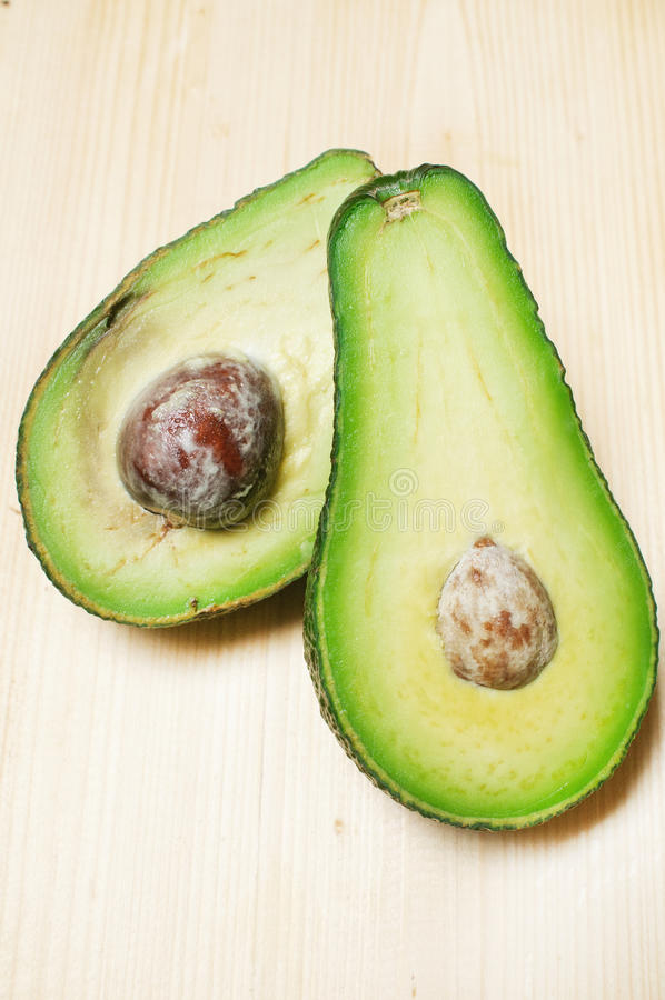 тухлое авокадоа здоровое стоковые фотографии rf