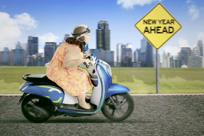 Тучная женщина с текстом Нового Года вперед стоковое изображение
