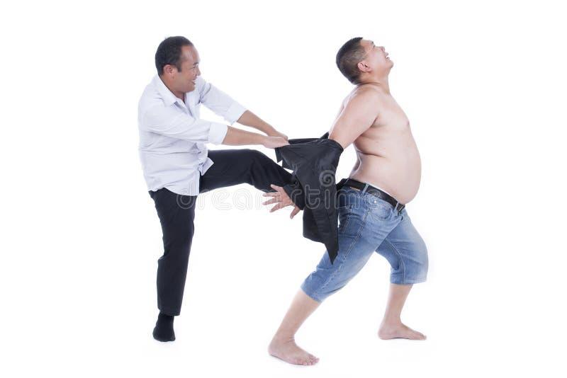 Тучные люди имеют затруднения в одевать стоковое изображение rf