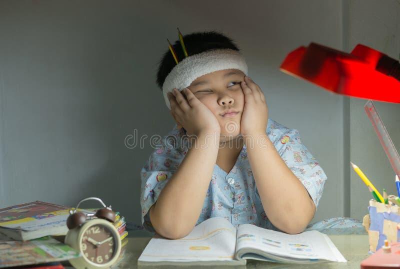 Тучный мальчик не любит прочитать книгу стоковые изображения