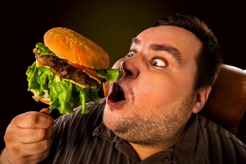 Черный человек ест бургер фото юмор