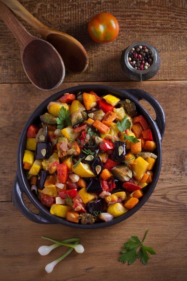 Тушеное мясо овоща: aubergines, перец паприки, томаты, цукини, моркови и луки Потушенный салат овоща стоковые изображения rf