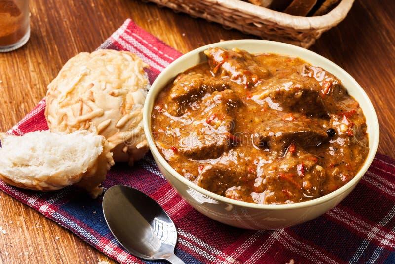 Тушёное мясо говядины, который служат с покрытым коркой хлебом стоковое фото rf