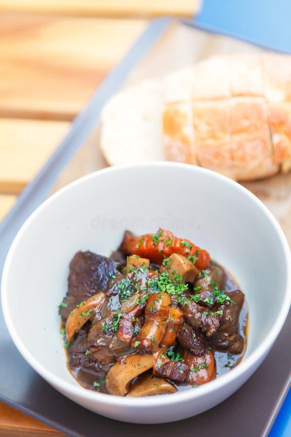 Тушёное мясо или гуляш говядины в керамических шаре и хлебе стоковые фотографии rf