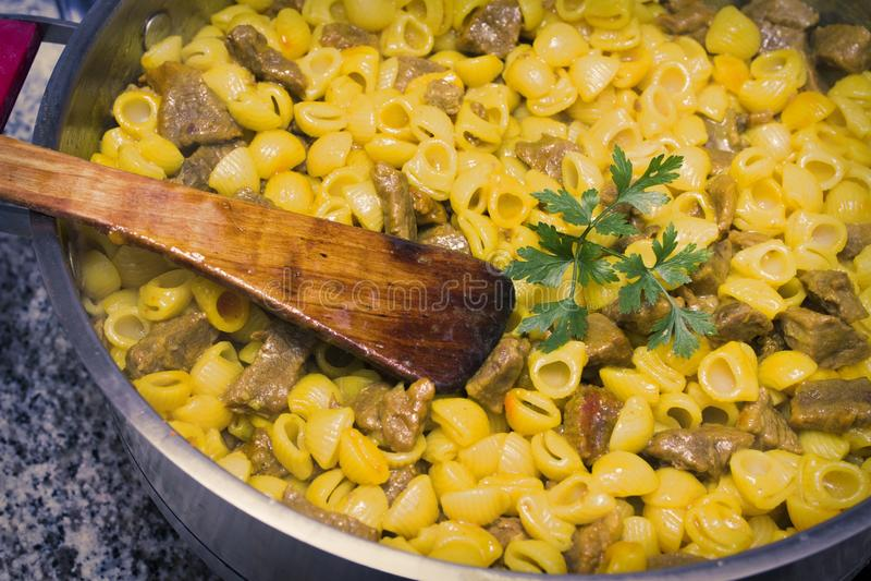 Тушёное мясо макарон с мясом стоковые фото