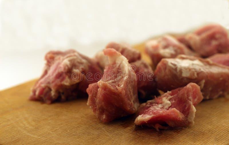 Тушёное мясо на столе вырезывания стоковая фотография rf