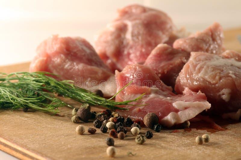 Тушёное мясо на столе вырезывания стоковые фотографии rf