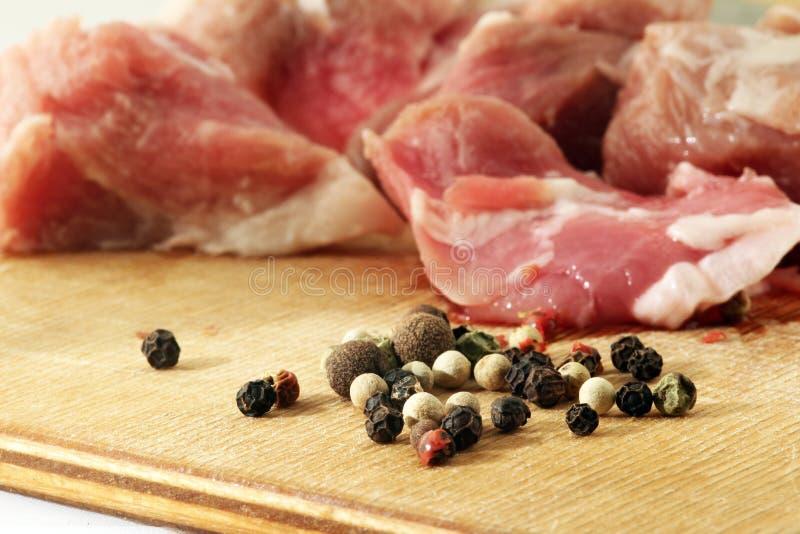Тушёное мясо на столе вырезывания стоковые фото