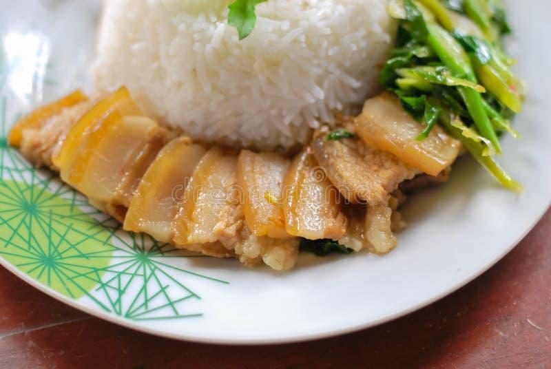 Тушёное мясо свинины с рисом и овощами стоковое изображение