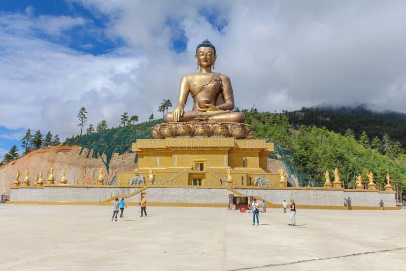 Тхимпху, Бутан - 17-ое сентября 2016: Кавказская туристская группа посещая гигантскую статую Будды Dordenma, Тхимпху, Бутан стоковые изображения rf