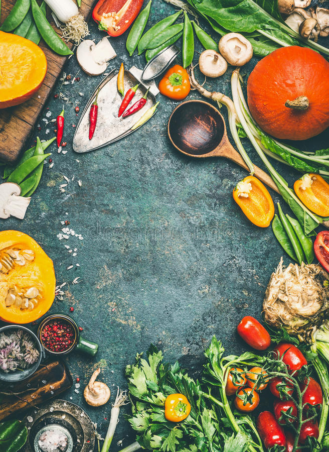 Тыква и другие органические овощи и ингридиенты сбора с варить ложку на деревенской предпосылке, взгляд сверху стоковая фотография rf