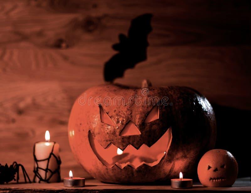 Тыква на хеллоуин на деревянном столе стоковые изображения rf